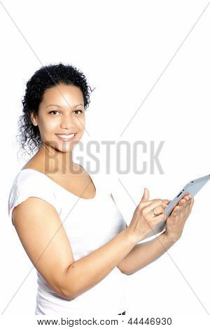 Schöne Frau, die auf ihrem Tablet Scrollen