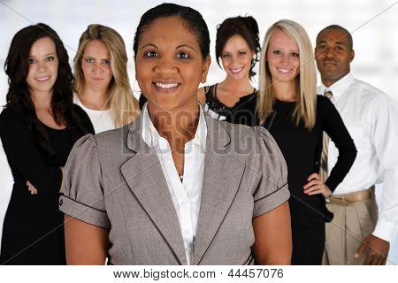 Equipe do negócio de raças misturadas no escritório