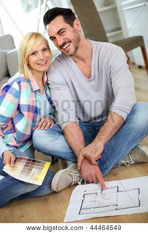 Pareja en casa listo para remodelar las habitaciones