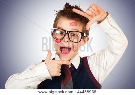 Junge Lovelas in Lippenstift mit zerzausten Haaren