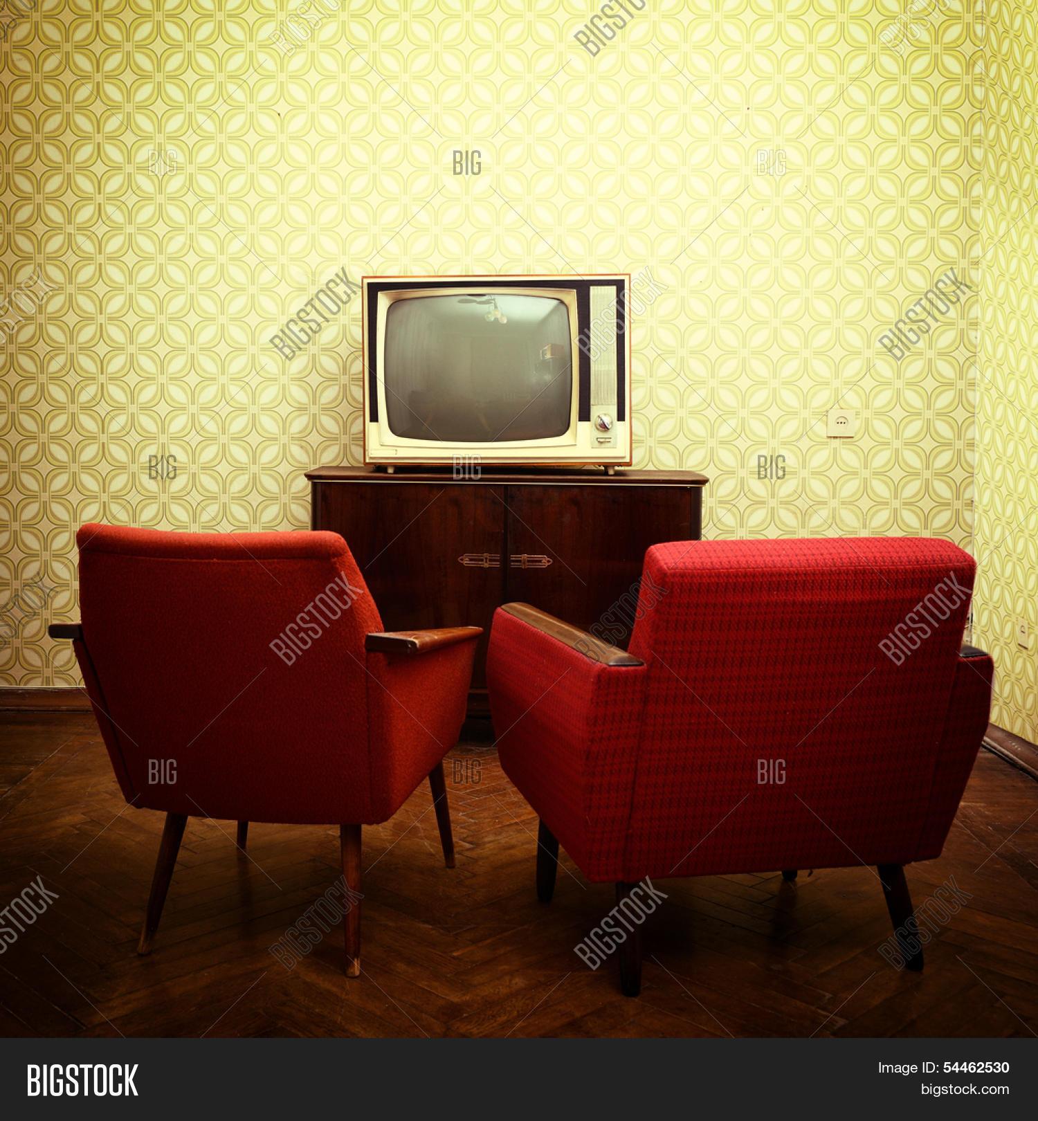 sala vintage con dos viejos sillones antigua y retro tv sobre fondos obsoletos entonado