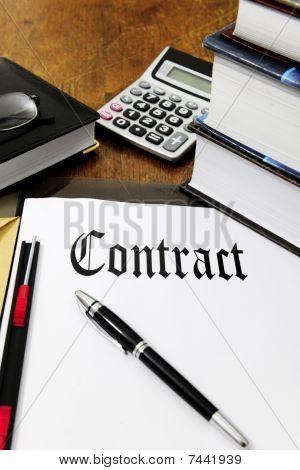 Vertrag und Rechner auf dem Schreibtisch