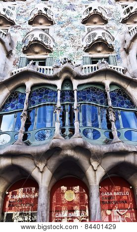 The facade of the house Casa Battlo
