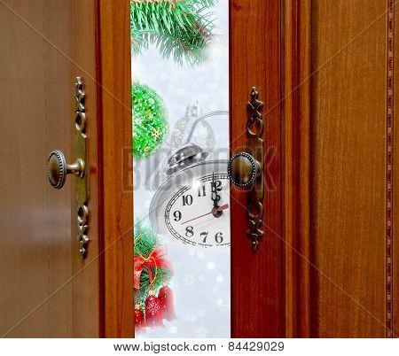 Christmas Clock Five Minutes Left Door Open