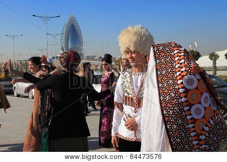Ashgabad, Turkmenistan - October 15, 2014. The Bride And Groom In The Turkmen National Dress Await