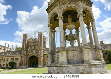 The Fountain and the Great Gate in the Great Court, Trinity College, Cambridge University, Cambridge, UK