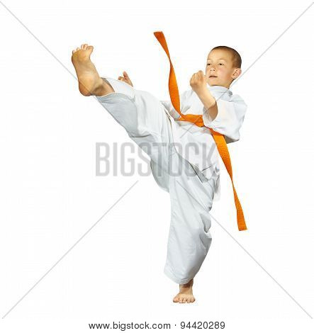 An athlete with an orange belt beats mae-geri