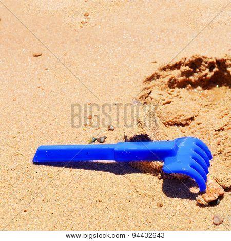 Children rackj on the sand