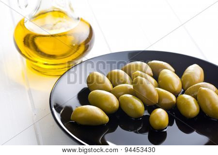 the green olives on plate