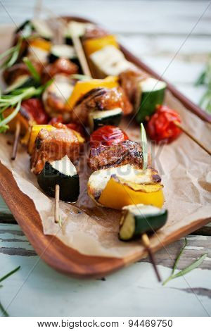 Skewers with halloumi, meat and tomato