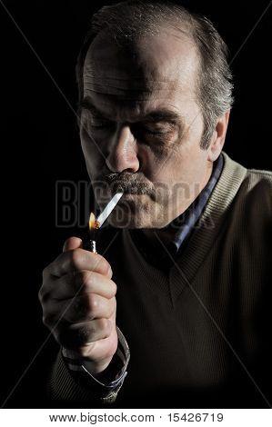 Portrait einer Mann Beleuchtung Zigarette