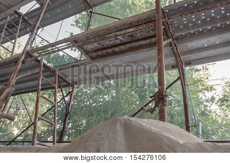 Construction scaffolding to facilitate the work of the workers