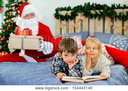 Santa Claus Quietly Came To The Children Who Are Reading