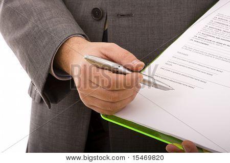 mano del empresario hacia el lugar en un documento que necesitan su firma (enfoque selectivo)