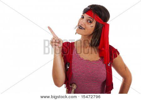 feliz mujer joven, vestida con un traje de pirata hacia el espacio de la copia (aislado en blanco)