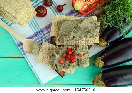 Gentle paste paste from the eggplant. Dietary dish. Put on a crisp low-calorie diet fitness bread. Vegan cuisine. For picnic. The top view.
