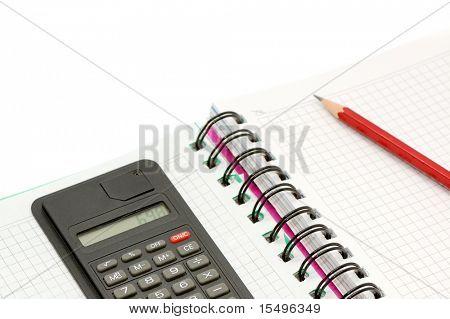 Notebook und Rechner isoliert auf weißem Hintergrund