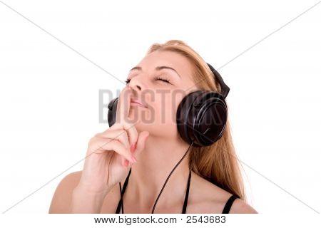 Disfrutar de la hermosa joven en música por auriculares