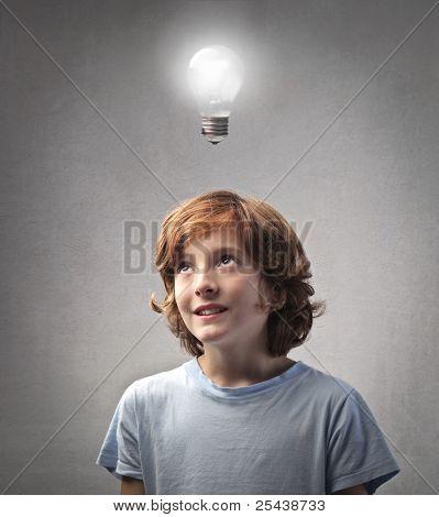 Lächelnd Kind mit einer Idee