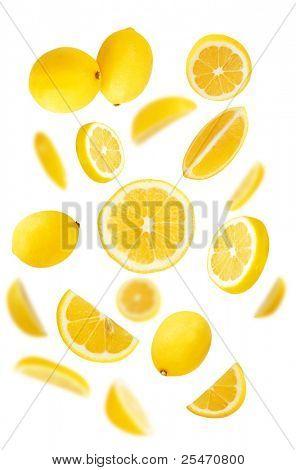 Limões frescos no fundo branco