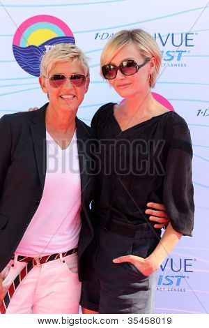 LOS ANGELES - 22 de JUL: Ellen DeGeneres, Portia de Rossi chegando no Teen Choice Awards 2012 em G
