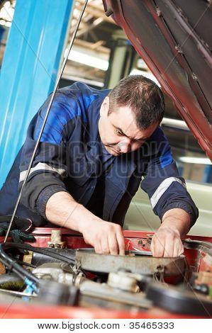 汽车修理工检查汽车引擎的汽车维修服务车站