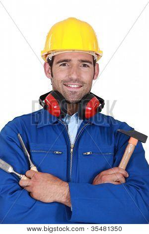 Trabajador manual con martillo y cincel
