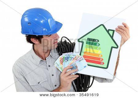 Handwerker halten ein Energie-Verbrauchs-label