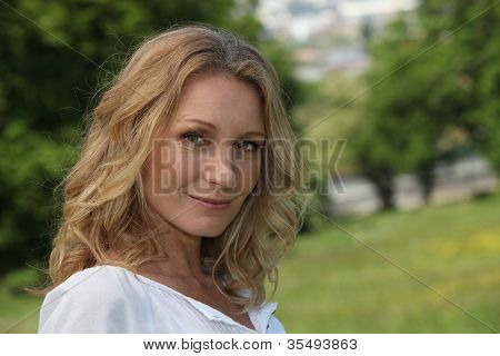 Head and shoulder shot of a relaxed woman