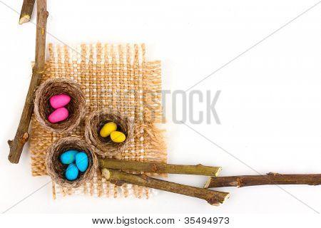 bunte Ostereier in Nester isoliert auf weiss