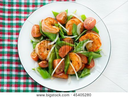 Snow peas and tomato salad with shrimps (prawns)