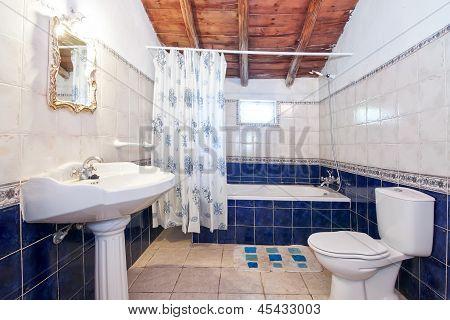 Vintage Retro Badezimmer. Blauen Fliesen.