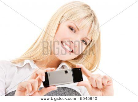 Mujer feliz usando teléfono cámara