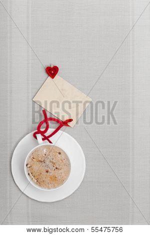 Blanco taza café bebida caliente corazón símbolo amor tarjeta en blanco Copy-space