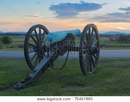 Artillery looking over farm house at Gettysburg