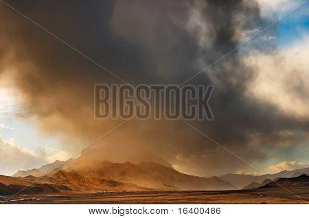 Tibetaans landschap met storm wolken