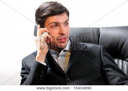 Close-up Portrait eines Mannes gut aussehend erfolgreiches Gespräch am Handy. Over white background