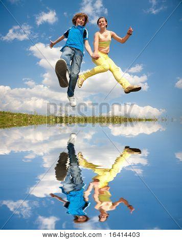 Niña y niño saltando. Enfoque suave. Se centran en los ojos.