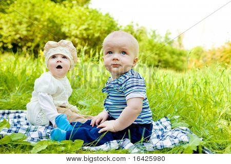 Drie baby's in het voorjaar park