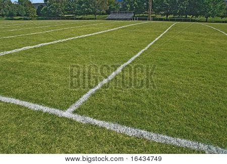 Campo de juego de fútbol americano en verano