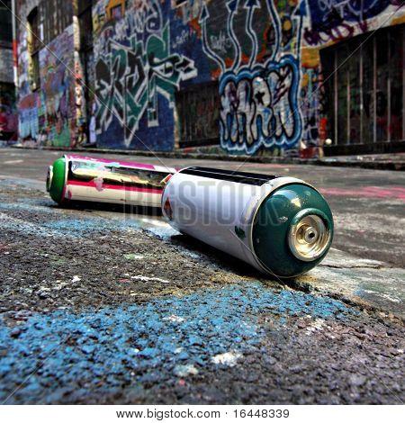 Latas de spray em um beco de Graffiti em Melbourne, Austrália