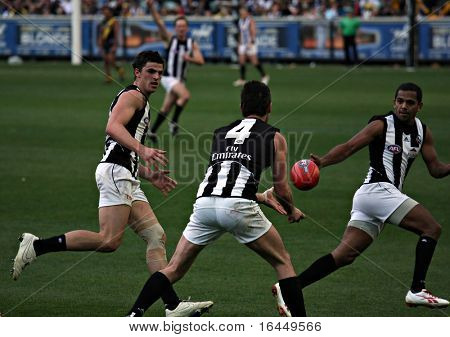 MELBOURNE - AUGUST 15: Collingwood's Alan Didak handballs to Leon Davis as Collingwood's midfield dominates in their massive win over Richmond - August 15, 2009 in Melbourne, Australia.