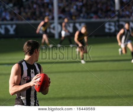 MELBOURNE - AUGUST 15: Collingwood's Scott Pendlebury looks for options in Collingwood's massive win over Richmond - Collingwood vs Richmond, August 15, 2009 in Melbourne, Australia.