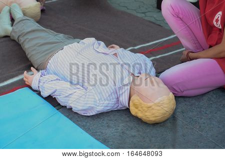 Instruction on first aid measures to the victim
