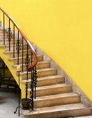 Постер, плакат: Лестница и желтые стены