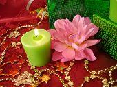 Постер, плакат: Празднование таблицы свечи цветы и подарок на красном фоне
