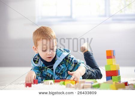 hübsch 3 Einjahresjunge Handauflegen Stock, spielen mit Cubes.?