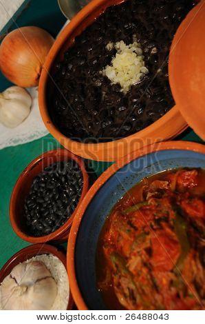 Detalle de platos variados cubanos sobre superficie verde