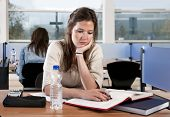 image of etui  - Young woman studying in a library - JPG