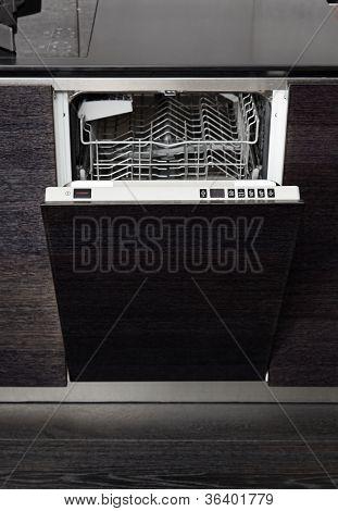 Offene Schüssel Waschmaschine Maschine auf schwarzem Hartholz Küche
